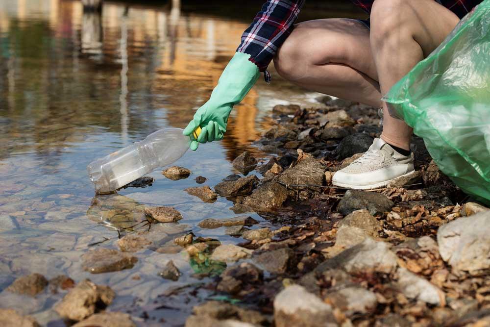 Río contaminado por plástico