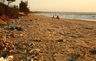 Playa contamientada por el consumo de plástico