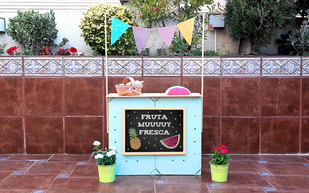 Puesto de mercado para niños con cajas de fruta DIY