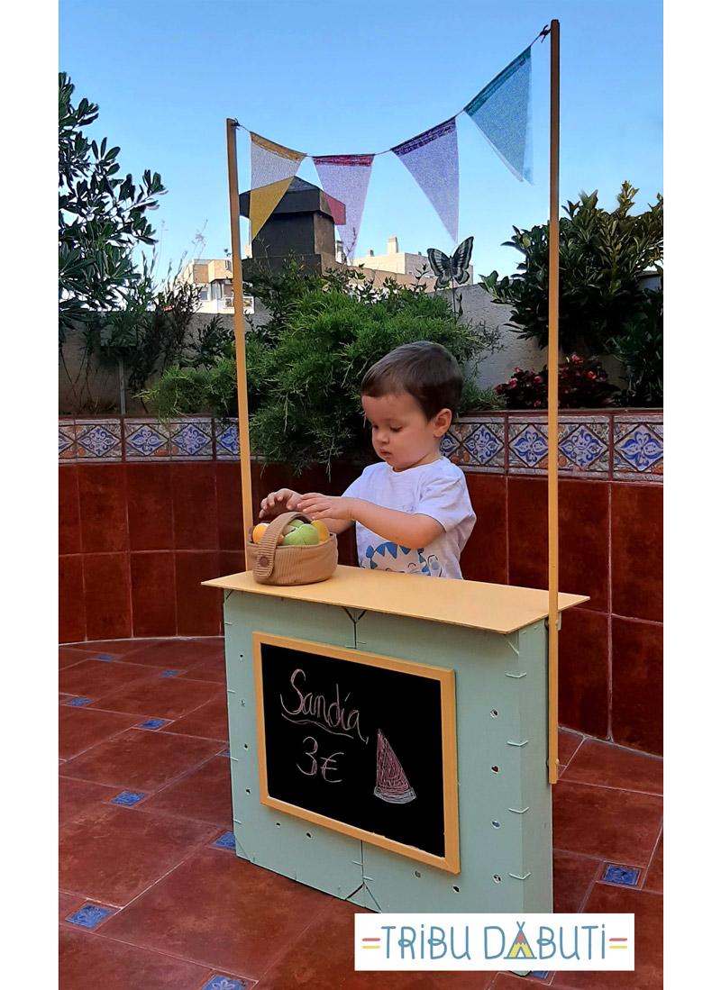 Puesto de mercado para niños con cajas de fruta de madera recicladas