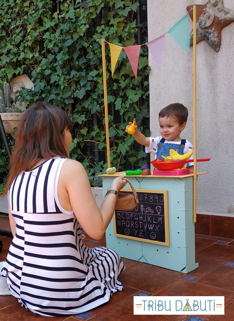 Puesto de mercado para niños con cajas de fruta de madera