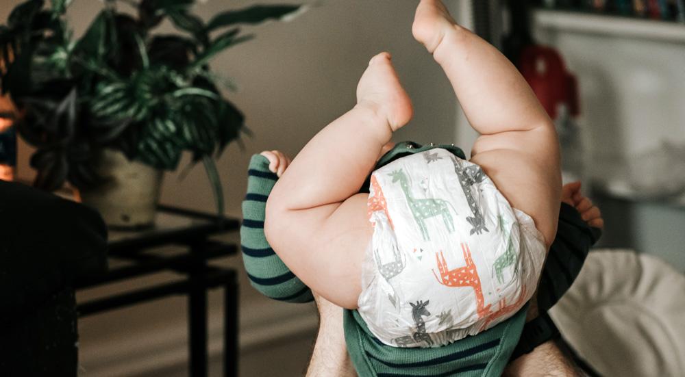 imprescindibles para viajar con un bebé: comprar pañales en destino