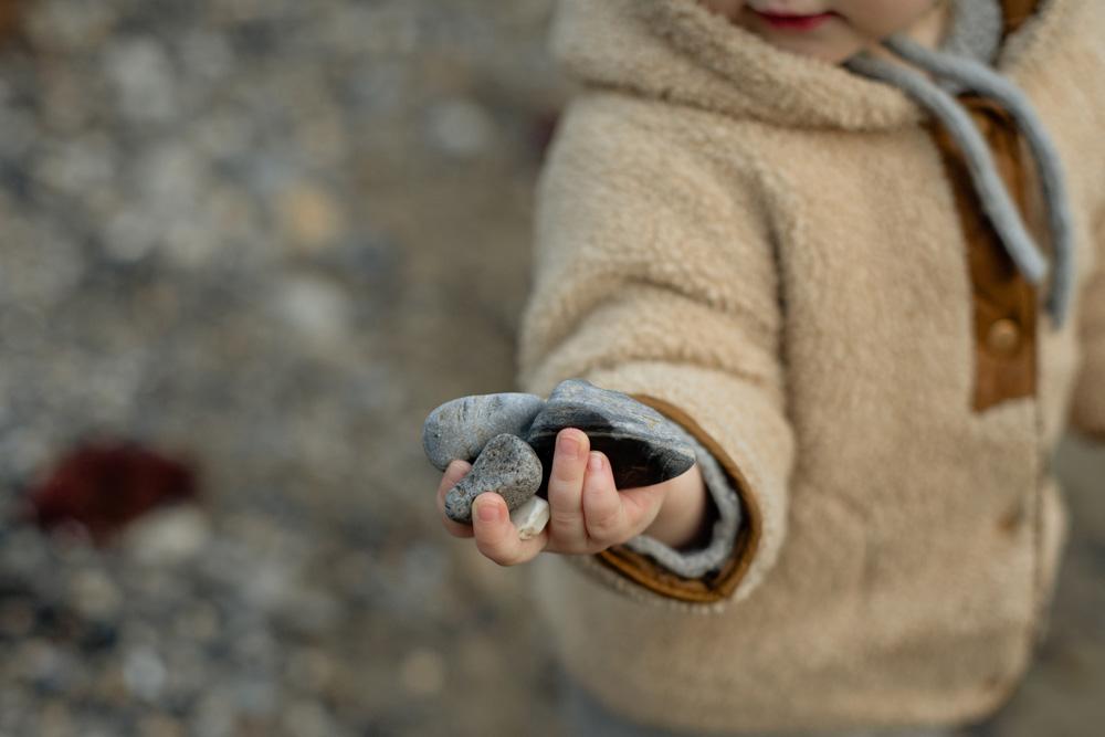 Buscar piedras con formas con los niños pequeños