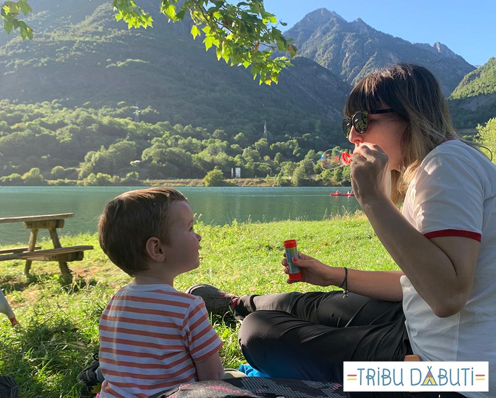 Actividades al aire libre con niños pequeños y pompas de jabón