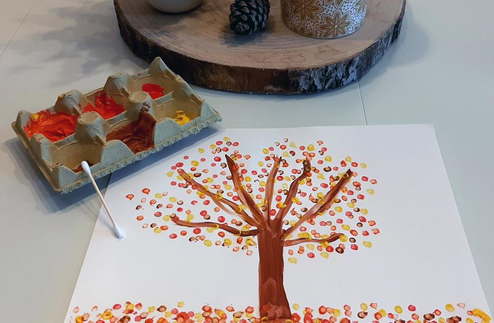 Manualidades sobre el otoño para niños pequeños pintar árboles